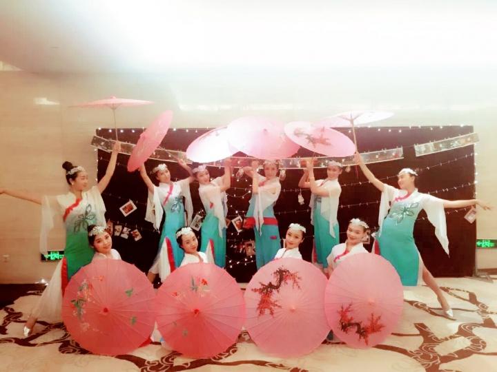 北京魔术小丑泡泡秀大眼萌水管舞变脸腹语美女不倒翁相声杂技
